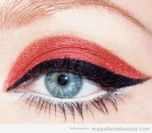 Maquillaje de ojos en rojo y negro estilo diablo