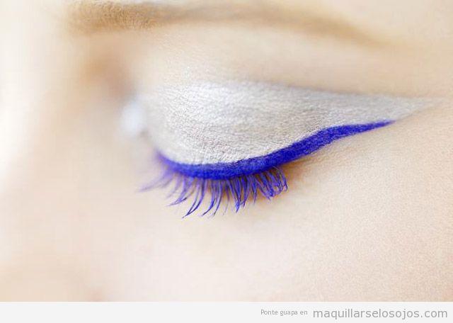 Maquillaje de ojos blanco con delineador en azul