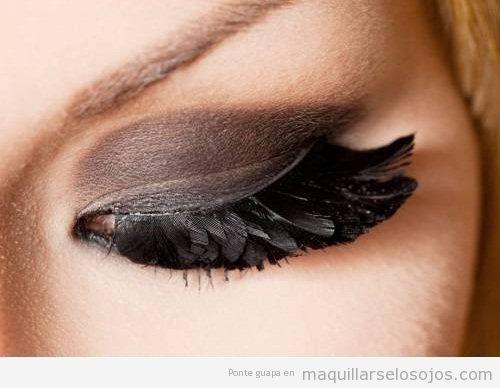 Maquillaje de ojos especial con plumas pegadas en las pestañas