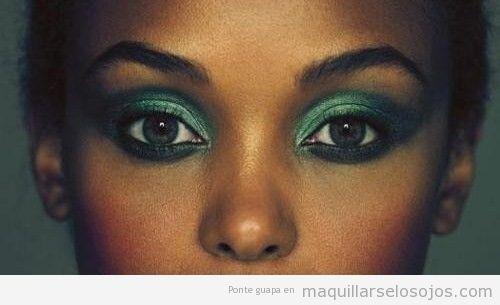 Maquillaje de ojo en tonos verdes luminosos para pieles negras o muy oscuras