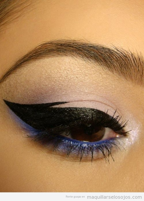 Maquillaje de ojos con un eyeline que hace el efecto de ser un ala