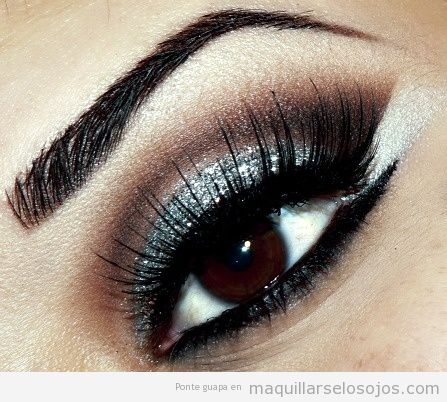 Ojos pintados en negro con sombra ojos plateada