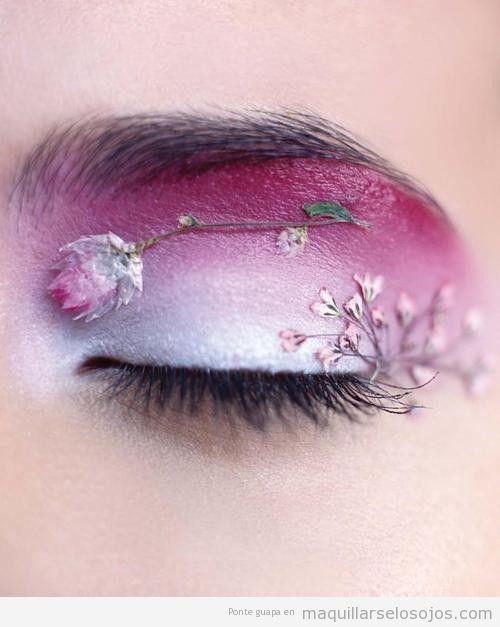 Maquillaje de ojos fantasía con flores secas pegadas en el párpado