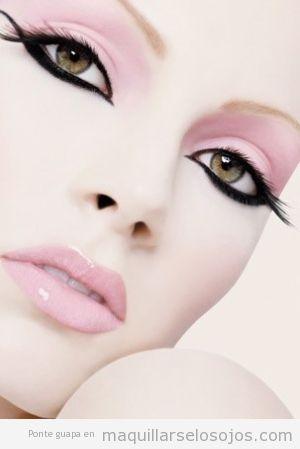 Maquillaje de ojos original con la línea del perfilador superior e inferior cruzadas