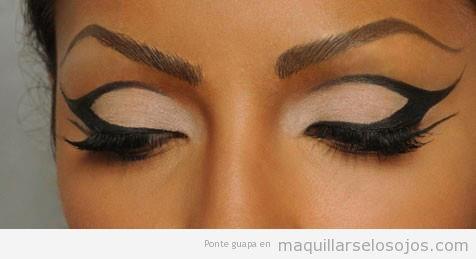 Maquillaje de ojos con líneas dibujadas con eyeline negro