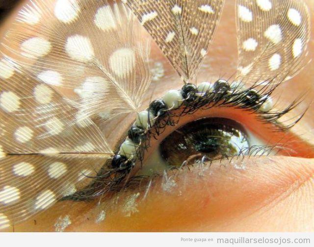 Maquillaje de ojos con pestañas de plumas, estilo fantasía