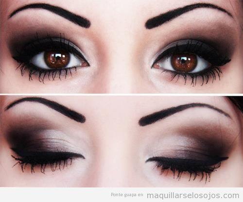 Maquillaje de ojos ahumado en tonos negros
