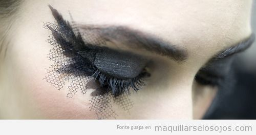 Maquillaje de ojos en negro con plumas y velo en pestañas