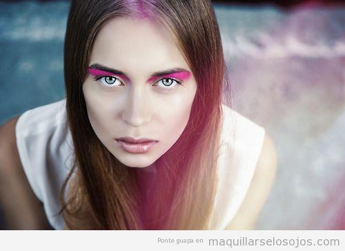 Maquillaje de ojos con sombra de color rosa fucsia