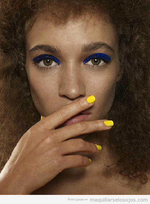 Maquillaje de ojos original en azul eléctrico para pieles morenas