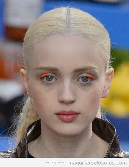 Maquillaje de ojos color naranja neón para otoño
