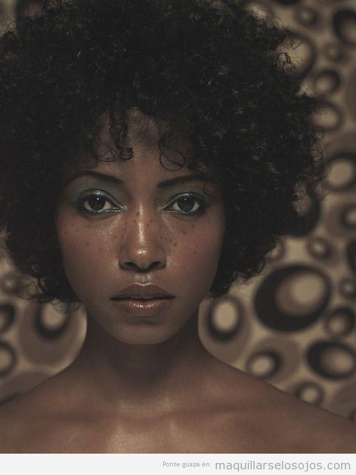 Maquillaje de ojos en tonos verdes chica raza negra