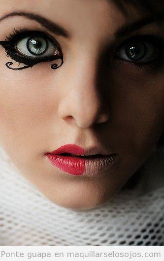 Maquillaje de ojos original con dibujos estilo gótico y de Tim Burton
