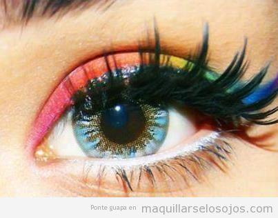 Maquillaje de ojos de muchos colores como el arcoiris