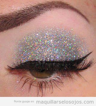 Maquillaje de ojos con sombra de purpurina plateada