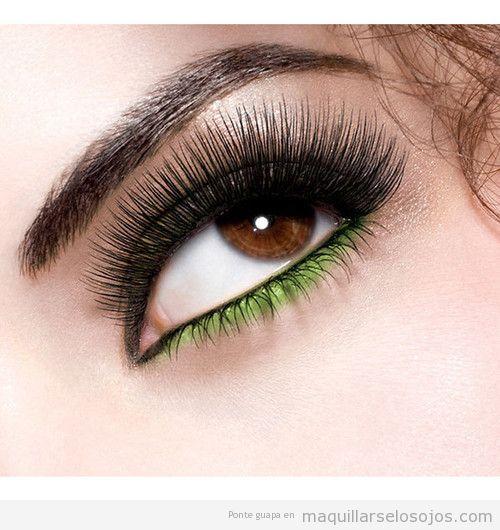 Maquillaje de ojos en tonos negros y verdes