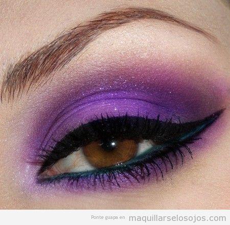 Maquillaje de ojos en tono morado brillante, azul y negro