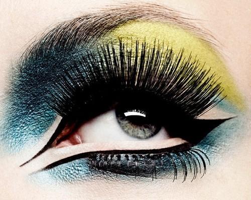Maquillaje de ojos fantasía en verdes, amarillos y negros para ojos verde