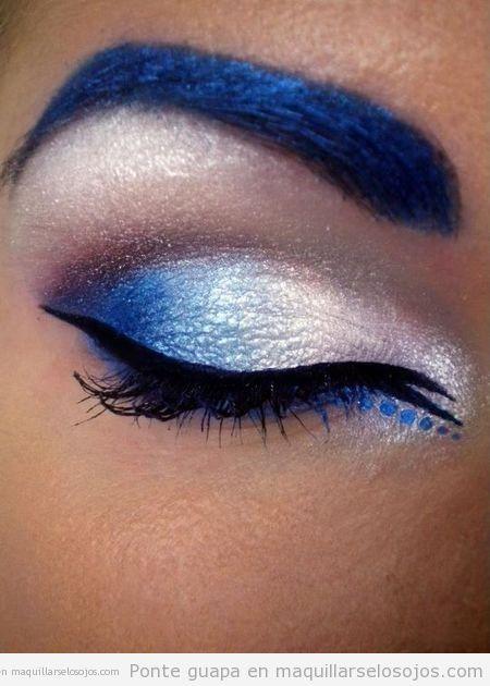 Maquillaje de ojos azul eléctrico y plateado