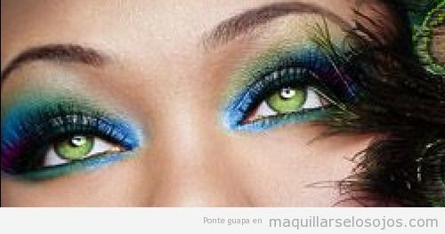 Maquillaje de ojos sexy y fantasía que simula las plumas de pavo real