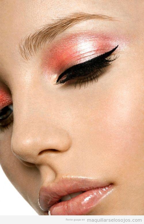 Ojos pintados con sombra de ojos coral brillante y delineador negro