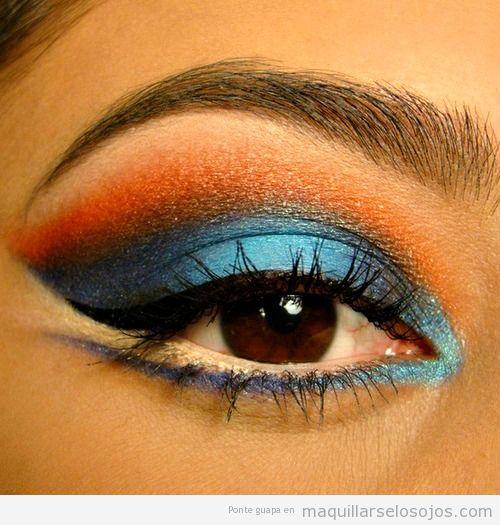 Maquillaje de ojos en tonos azules y naranjas
