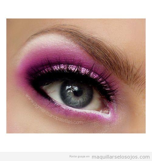 Maquillaje de ojos en tonos rosa brillante, blanco y purpurina