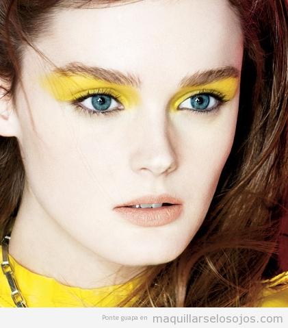 Maquillaje de ojos en tonos amarillos