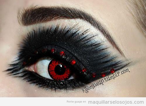 maquillaje de ojos fantasa de vampiresa o diablesa en negro y rojo