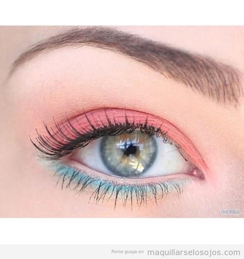 Maquillaje de ojos con tonos coral y azul turquesa
