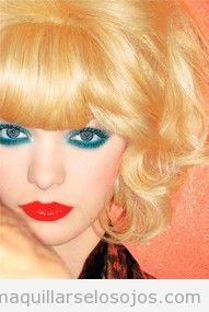 Maquillaje de ojos para rubias, ojos azules, labios negros