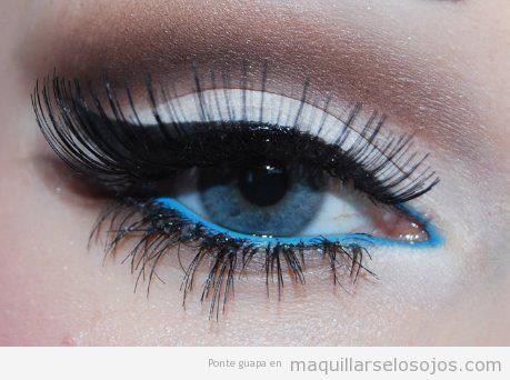 Maquillaje de ojos en azul y blanco, estilo invernal