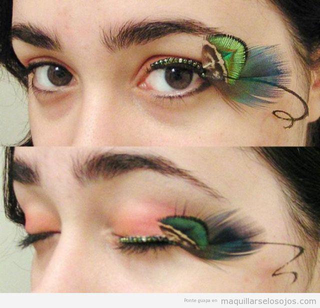 Maquillaje de ojos especial y original con plumas de colores en las pestañas