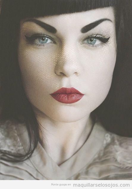 Maquillaje de ojos estilo pinup