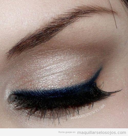 Maquillaje de ojos brillante con perfilador o línea del ojo en azul eléctrico
