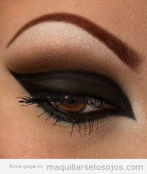 Maquillaje de ojos negro muy oscuro