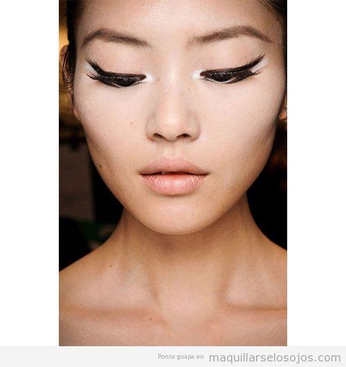 Maquillaje de ojos con eyeliner dibujado como plumas