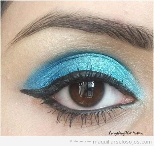 Maquillaje de ojos con sombra azul turquesa brillante