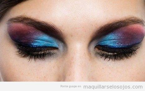 Maquillaje de ojos azul eléctrico y granate