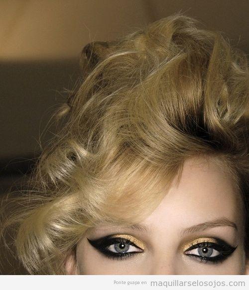 Maquillaje de ojos en tonos negros para chica rubia de ojos azules