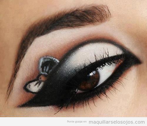 Maquillaje de ojos con el dibujo de un lazo