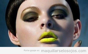 Maquillaje de ojos en tonos verdes y marrones con pintalabios amarillo
