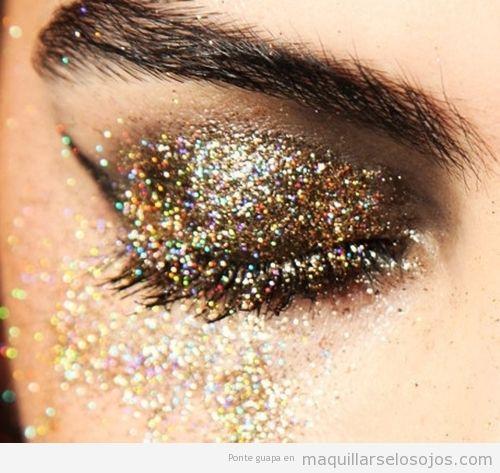 Maquillaje de ojos con mucha purpurina dorada