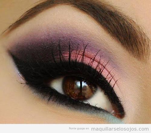 Maquillaje de ojos en tonos rosas y morados para ojos marrones