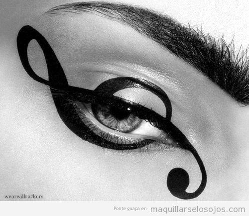 Maquillaje de ojos con dibujo de la clave de sol
