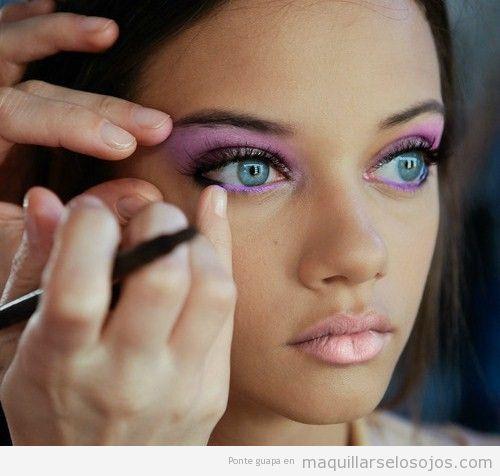 Maquillaje de ojos en tonos rosas estilo ahumado