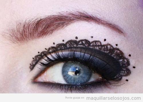 Maquillaje de ojos original, con encaje negro dibujado