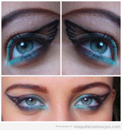 Maquillaje de ojos con perfilador azul y dibujo de alas