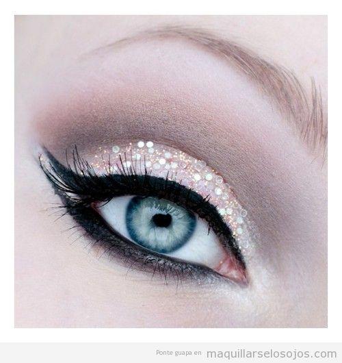 Maquillaje de ojos con pequeñas lentejuelas en la sombra