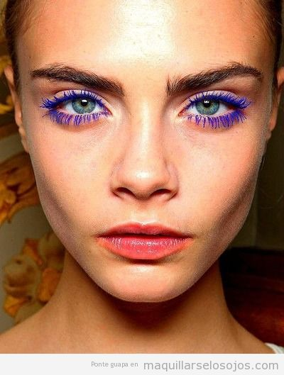 Maquillaje con máscara de pestañas de color lila